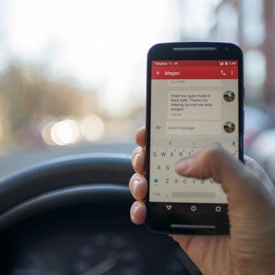Kütyüzés mindenütt: minden második közlekedő menet közben is telefonozik
