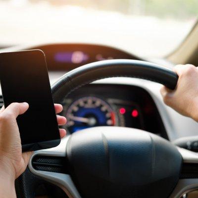 A modern kor ittas vezetése a volán mögötti mobilozás